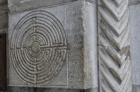 Vista del misterioso labirinto scolpito in pietra Archivio Fotografico - 79801720