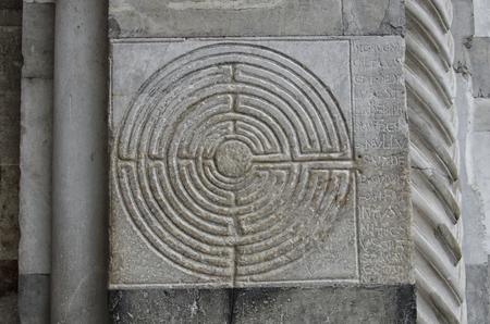 Vista del labirinto incisi nel marmo di una chiesa Archivio Fotografico - 79801731