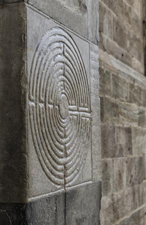 Vista del labirinto incisi nel marmo di una chiesa Archivio Fotografico - 79871711