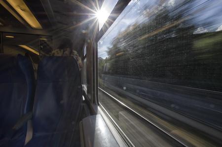 列車の窓から太陽のビュー