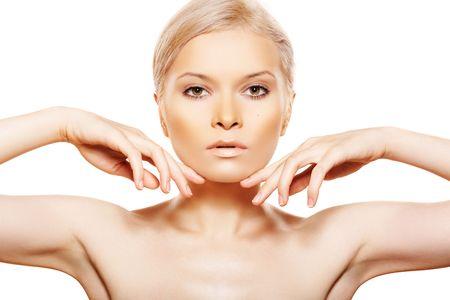 ojos marrones: Belleza natural con maquillaje de ojos marrones y sexy lipgloss beige
