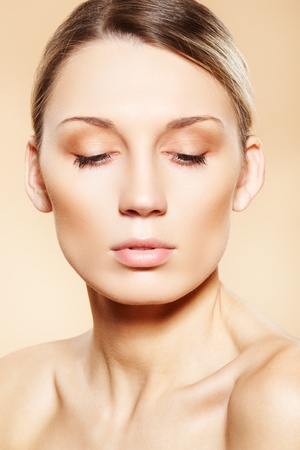 Front view pure face of woman which wearing natural make-up