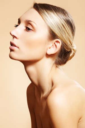 bollos: Hermosa modelo con maquillaje natural, piel limpia, bollo de pelo rubio Foto de archivo