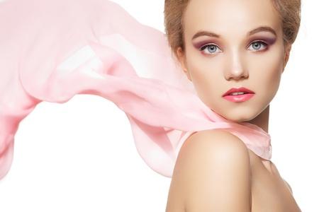 Belleza, maquillaje y accesorios. Hermoso edificio de estilo romántico de la chica bonita con pañuelo de seda ondeando sobre fondo blanco