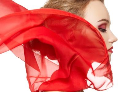 seidenstoff: Modische Portr�t eines M�dchens Modell mit wehenden roten Seidenschal. Fashion, Glamour Accessoires, Abend Make-up. Freedom Vamp hellen Stil Dame in rot auf wei�em Hintergrund