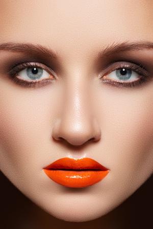 lip shine: Volto di donna glamour con la moda make-up. Sexy trucco gloss sulle labbra, fumoso-occhiaie, carnagione pulita Archivio Fotografico