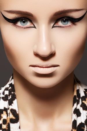 cejas: Moda modelo de mujer con glamour maquillaje, maquillaje de ojos de gato camisa y un pa�uelo con estampado de leopardo. Vamp, el estilo de gato mont�s