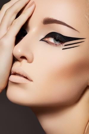 maquillage chat Glamourous closeup portrait de femme. Maquillage eyeliner  sur les yeux du modèle