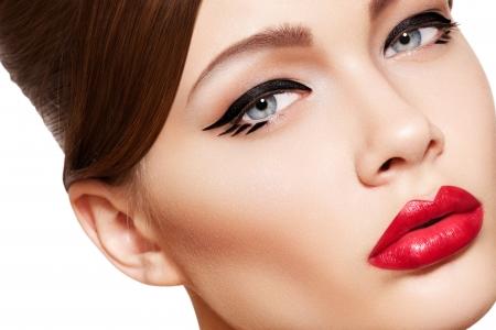 trucco: Close-up ritratto di sexy modello caucasica giovane donna con labbra rosse glamour make-up, freccia trucco degli occhi, carnagione purezza. Perfetto pelle pulita. Bellezza stile retr�