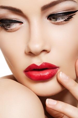 Close-up portret van sexy blanke jonge vrouw model met glamour rode lippen make-up, oog make-up pijl, zuiverheid teint. Perfect schone huid. Retro schoonheid stijl