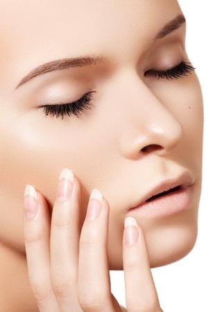 cejas: De maquillaje y manicura cosm�ticos,. Retrato de la cara hermosa modelo de mujer con la piel limpia en backgroun blanco. Belleza natural de cuidado de la piel, la piel suave y limpio, manicura