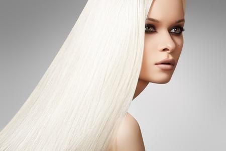 Bien-être & spa. Modèle femme sensuelle avec brillant cheveux raides blonds et soirée chic de maquillage. Santé, beauté, bien-être, soins capillaires, produits cosmétiques et de maquillage. Belle coiffure platine de mode Banque d'images