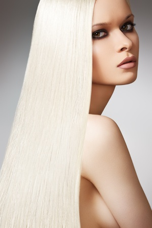 Well-being & spa. Sensual woman model with shiny straight long blond hair and chic evening make-up. Health, beauty, wellness, haircare, cosmetics and make-up. Beautiful fashion platinum hairstyle  Foto de archivo