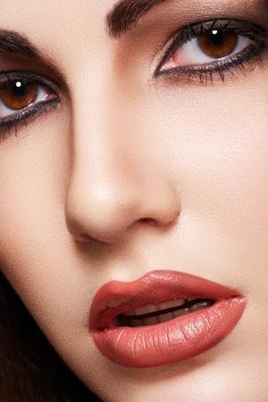 labios sexy: Close-up retrato de la modelo sensual, la mujer �rabe. La piel hermosa limpia, maquillaje saturado, los ojos brillantes de maquillaje y delineador de ojos oscuro. Estilo oriental
