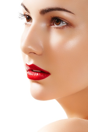 Close-up portret van zuiverheid mooie vrouw gezicht met felle rode lippen make-up. Leuk model met schone glanzende huid Stockfoto