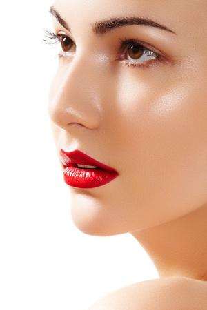 ajakrúzs: Közeli portré szép nő tisztaságát arca élénkpiros ajkak make-up. Aranyos modell tiszta fényes bőr