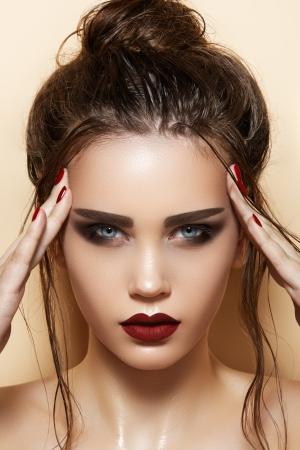 red lips: Modelo de Hot sexy mujer joven con maquillaje brillante labios rojos, cejas fuertes, la piel brillante, limpio y húmedo retrato de corte de pelo de moda hermosa de la cara de glamour femenino