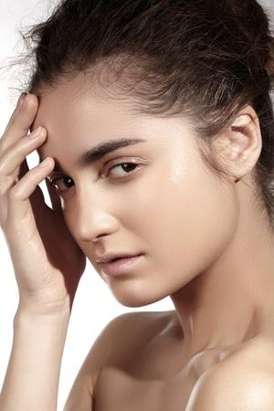 voluptuosa: Retrato de mujer joven caucásica atractiva Natural Beauty Spa con pura piel hermosa modelo con el maquillaje, la piel limpia natural, la luz de fondo