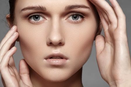 daily routine: Spa, cuidado de la piel, el bienestar de la salud Retrato de primer plano de la cara hermosa modelo femenino con la pureza de la luz la piel de la salud de maquillaje rutina diaria Foto de archivo