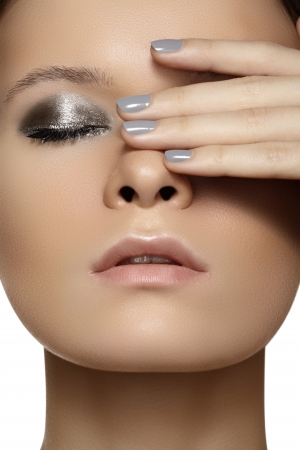 Spa, beauty, skincare, wellness   health  Glamour close-up portrait of beautiful woman model face with purity healthy skin   silver make-up and grey manicure  Cold winter christmas makeup  Foto de archivo