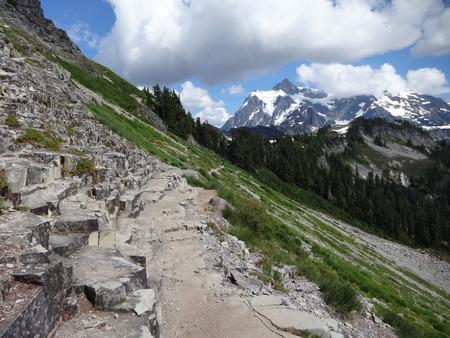 obrero: La formación de roca volcánica en cadena Lakes Trail