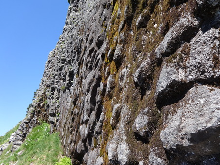 erupting: Hexagonal formation wall of volcanic basalt rocks in the North Cascades Stock Photo