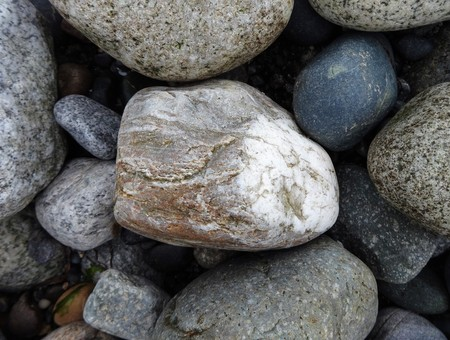 A variety of volcanic cobble stones on a beach in the Pacific Northwest Banque d'images