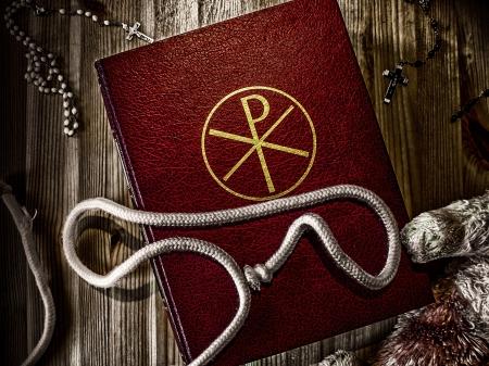 Bibbia con rosario e Teddy Archivio Fotografico