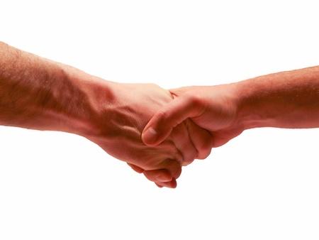 Gli uomini si stringono la mano