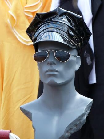 Testa di manichino con cappuccio in pelle e occhiali da sole