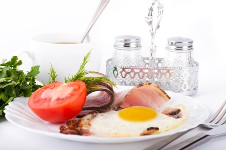 Fried eggs with bacon and tomatoes, a nourishing breakfast Stock Photo - 12949369