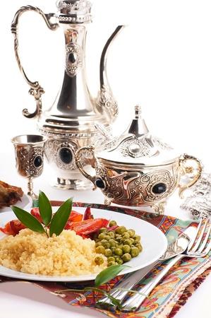 marocchini: Cuscus con le erbe e le stoviglie in arabo, cucina orientale
