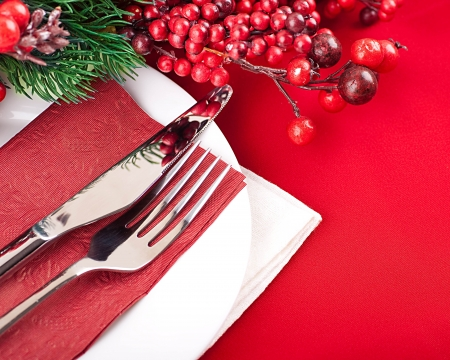 tovagliolo: Natale layout di tabella, multi-colored nastro con un ramo di bacche Archivio Fotografico