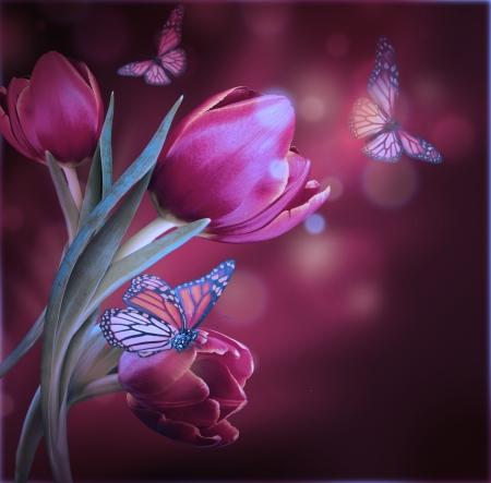 Boeket van rode tulpen tegen een donkere achtergrond en vlinder