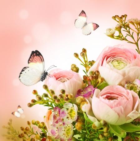 Zachte boeket van roze rozen en vlinder Stockfoto