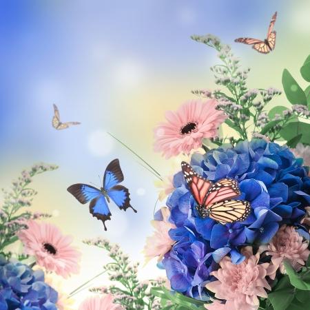 blue butterfly: Ramo de hortensias azules y mariposas, un fondo de flores Foto de archivo