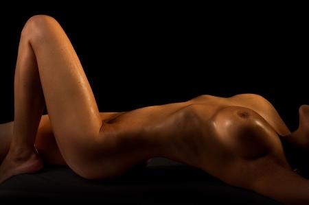 modelle nude: La ragazza nuda su sfondo nero Archivio Fotografico
