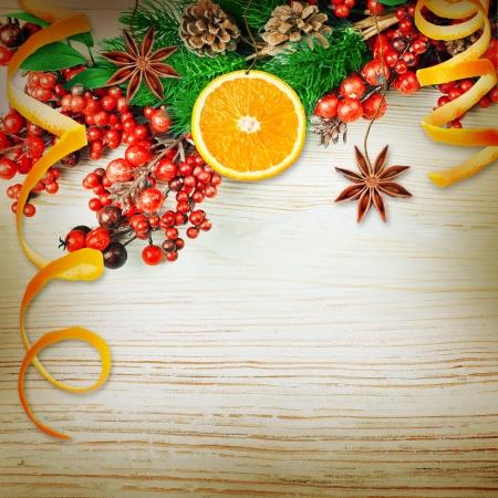 christmas berries: Bacche di Natale e ramo di abete con coni e arance