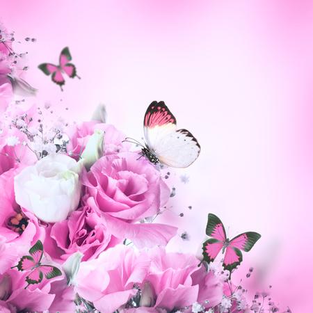 rosas rosadas: Ramo de rosas de color rosa y la mariposa, fondo floral