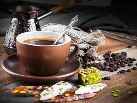 comida arabe: Turk y café delicia turca en una tabla de madera Foto de archivo