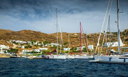 case colorate: Isola greca con case colorate e yacht.