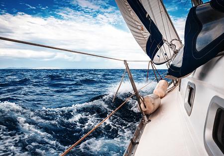 voile: Les voiles blanches des yachts sur le fond de la mer et du ciel dans les nuages