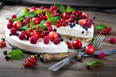 Cheesecake with berries and mint, summer dessert. Foto de archivo