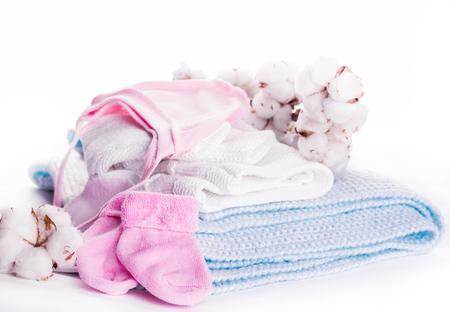 lavando ropa: Flores florecientes de los niños de algodón ropa, sombrero y calcetines Foto de archivo