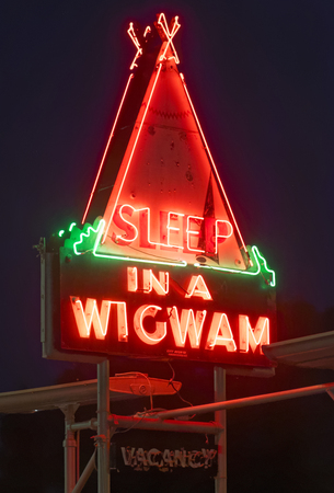 Cave City, KYUSA – July 25, 2015: The Sleep In A Wigwam neon sign at night on July 25, 2017 in Cave City, Kentucky. Sajtókép
