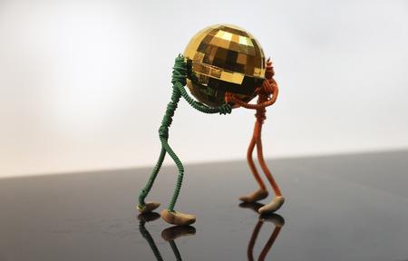 golden globe: little people hold golden globe