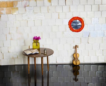 puppenhaus: Puppenhaus mit Tisch und Violine