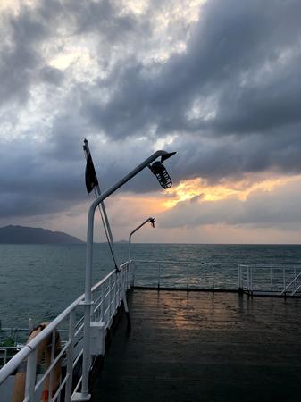 前景の船の古い提灯の夜明け