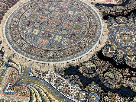 美しいハードワークと小さな細部の多くのカラフルなパターンで手で織られたカーペット 写真素材 - 99530240