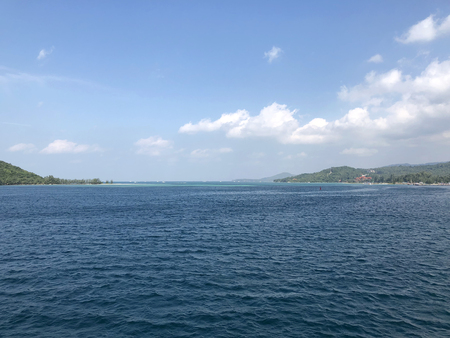 水色の空に対する距離の海と島々